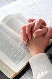 Mains étreintes dans la prière images libres de droits