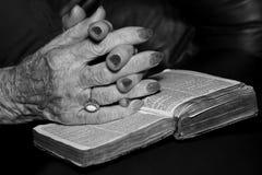 Mains aînées dans la prière Photo stock