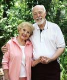 Mains aînées de fixation de couples Photos stock