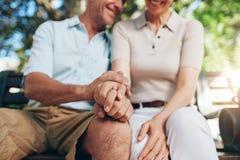 Mains aînées de fixation de couples Photo stock