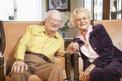 Mains aînées de fixation de couples Photographie stock libre de droits