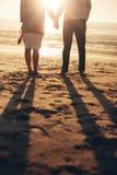 Mains aînées de fixation de couples sur la plage Photographie stock libre de droits