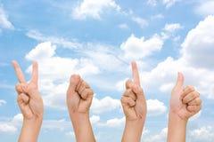 Mains abstraites de femme avec les signes du symbole 2016 de main, main 2016 de bonne année avec le ciel de nuage Images libres de droits