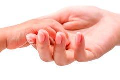 Mains adultes jugeant la main d'un enfant d'isolement sur le blanc Photo stock