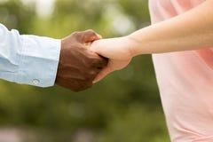 Mains affectueuses de fixation de couples photo libre de droits