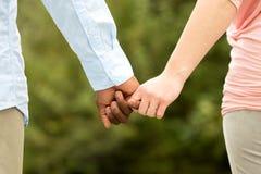 Mains affectueuses de fixation de couples photographie stock libre de droits