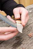 Mains affilant le couteau Images libres de droits