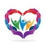 Mains aidant la forme de coeur de personnes illustration de vecteur