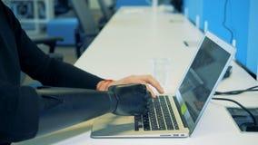 Mains artificielles et humaines dactylographiant le clavier Concept robotique de bras de cyborg banque de vidéos