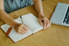 Mains asiatiques de fille avec l'écriture de stylo Photos stock
