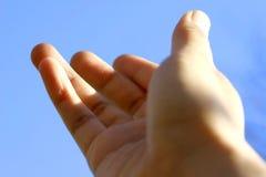 Mains atteignant à l'extérieur Photo libre de droits