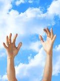 Mains atteignant l'espoir d'aide Photo libre de droits