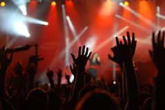 Mains augmentées à un concert Photographie stock libre de droits