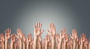 Mains augmentées dans le ciel Images libres de droits