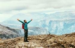 Mains augmentées heureuses émotives d'homme appréciant des montagnes Image libre de droits