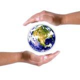 Mains autour de globe de la terre - nature et environnement Photographie stock