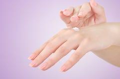 Mains avec de la crème photographie stock libre de droits