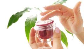 Mains avec de la crème cosmétique Image stock