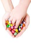 Mains avec des bonbons photos libres de droits