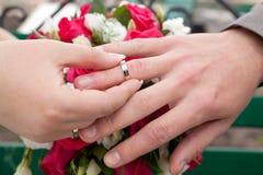 Mains avec des boucles Image libre de droits