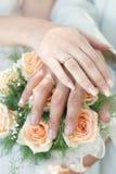 Mains avec des boucles de mariage Photos stock
