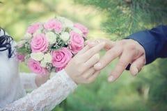 Mains avec des boucles de mariage Photographie stock libre de droits