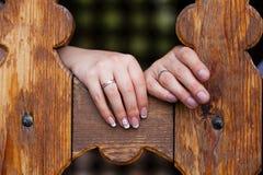 Mains avec des boucles de mariage Image stock