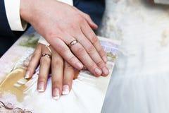 Mains avec des boucles de mariage Photos libres de droits