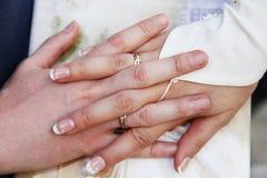 Mains avec des boucles de mariage Photo libre de droits