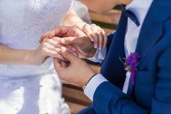 Mains avec des boucles de mariage images libres de droits