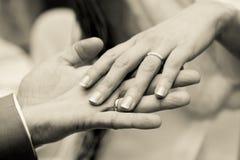 Mains avec des boucles sur le mariage Photos libres de droits