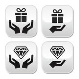 Mains avec des boutons de présent et de diamant réglés Photographie stock libre de droits
