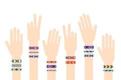 Mains avec des bracelets d'amitié de hippie illustration de vecteur