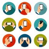 Mains avec des icônes de téléphones réglées illustration de vecteur