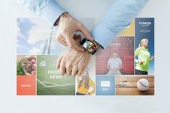 Mains avec des pages Web d'actualités sur la montre intelligente Photographie stock