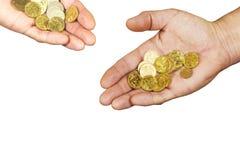 Mains avec des pièces de monnaie d'un pays pauvre Images stock