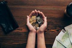 Mains avec des pièces de monnaie et des billets de banque Photo libre de droits