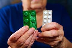 Mains avec des pillules Image libre de droits