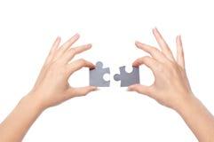 Mains avec deux puzzles photos libres de droits