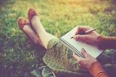Mains avec l'écriture de stylo Photos stock