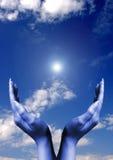 Mains avec l'épanouissement du soleil Image libre de droits