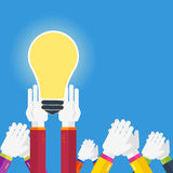 Mains avec l'idée d'ampoule Images stock