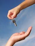 Mains avec la clé Photographie stock libre de droits