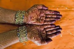 Mains avec la conception de henné Images libres de droits