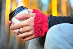 Mains avec la tasse de café Image stock