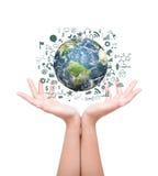 Mains avec la terre avec le graphique de gestion de dessin et les objets d'affaires image stock