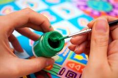 Mains avec le balai et la peinture Photo stock