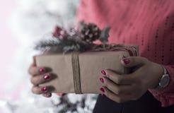 Mains avec le boîte-cadeau photo libre de droits