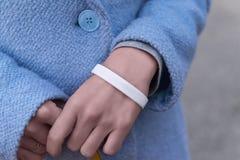 Mains avec le bracelet blanc images stock