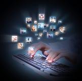 Mains avec le clavier d'ordinateur portable. photographie stock libre de droits